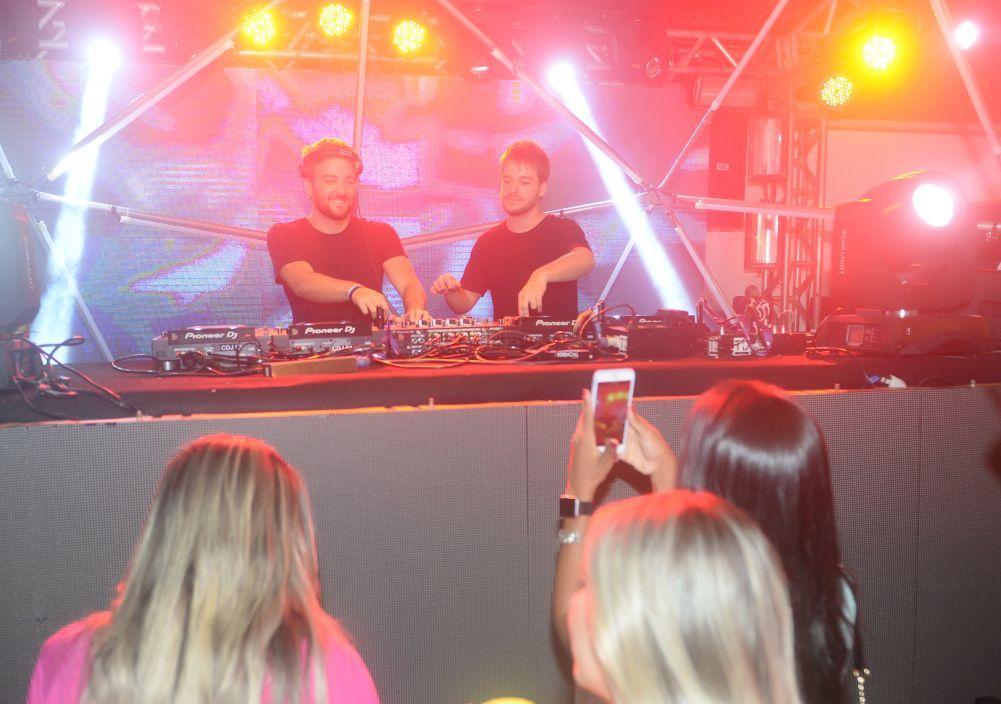Todos os sábados tem tido show na Bahia Marina, nesse último foi a vez do Dubbobz DJ Grupo