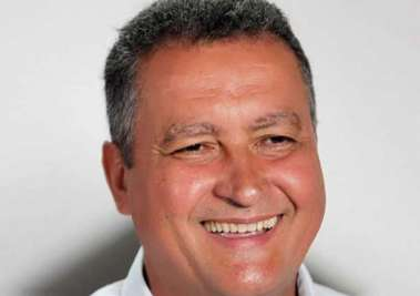 Rui Costa sorridente com a aquisição do sofisticado tomografo para o Hospital de Juazeiro