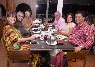 Veja quem jantou ontem dia 09 de novembro no restaurante Soho. Clique