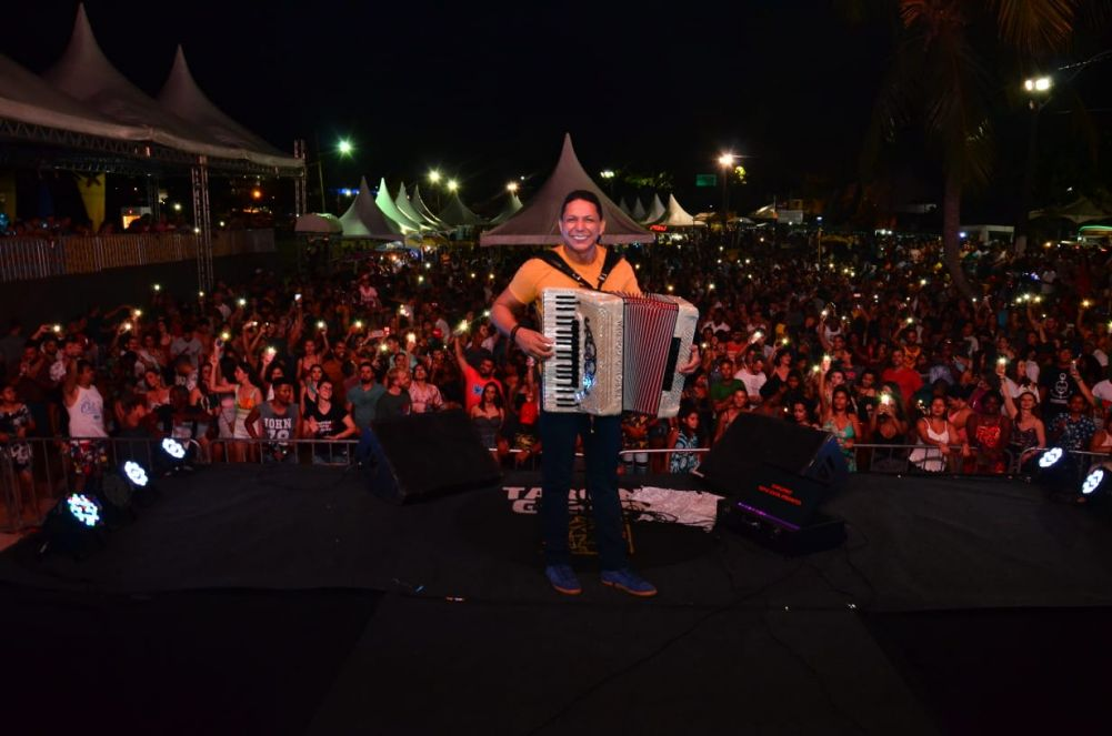 Show do cantor safoneiro Targino Gondim com a participação de Tato da Banda da Fala Mansa.Ver mais...