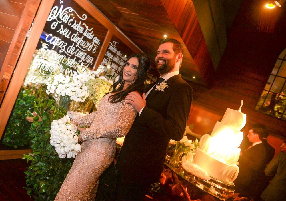 Karine Queiroz Dona de restaurantes famosos se casa com Maximilian em dos seus restaurantes da Bahia Marina