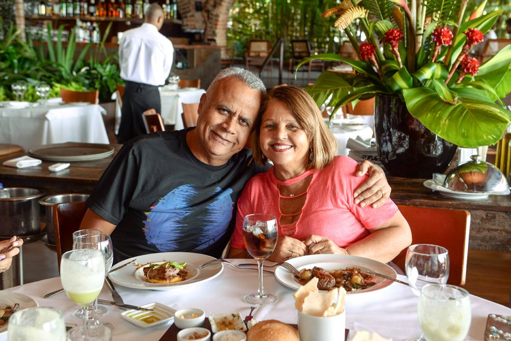 O comandante da PM Bahia, Coronel Anselmo Alves Brandão, jantou com a família no Amado.Ver mais...