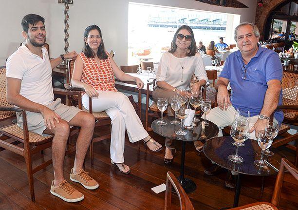 Veja celebridades jantando no último dia 14 no restaurante Amado. Click pra ver mais...