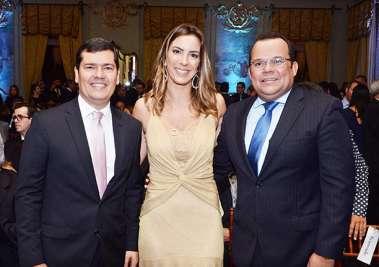 a apresentadora Jéssica entre os vereadores Claudio Tinoco e Geraldo Junior em fotos de Valterio