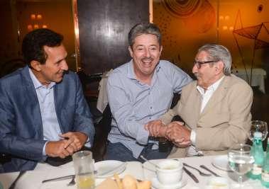 Fernando Tenório radiando alegria entre Ubirajara Chamusca e Claudio Moraes em fotos de Valterio