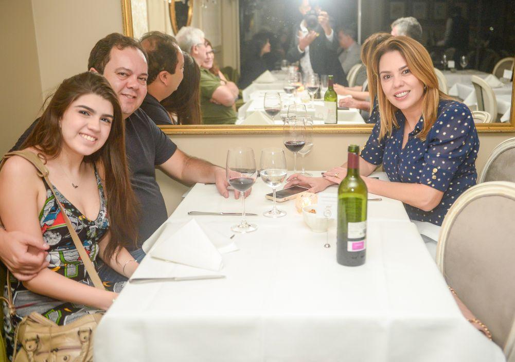Veja quem jantou no Chez Bernard e Soho neste sábado dia 14 de setembro. Clique