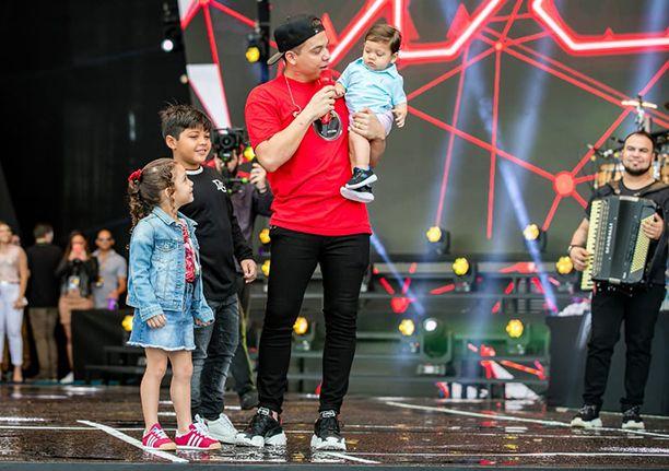 Wesley Safadao recebe os filhos no palco no encerramento do DVD. Ver mais...