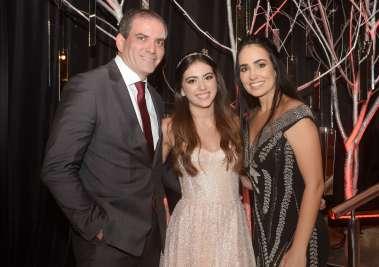 Manuella Ribeiro entre seus pais Cláudio Ribeiro Neto e Simone Pimenta em fotos de Valterio