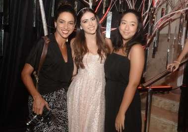 A debutante Manuella Ribeiro entre as fotógrafas Bianca Martinez e Chiara Kato em fotos de Valterio