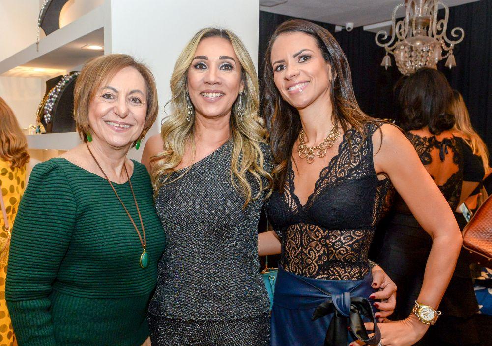 Regina Weckerle recebeu na sua loja Paradoxus para mostrar suas novidades, as da Carlos joias e de Luzia Botta