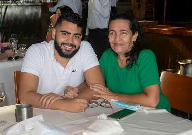 Aniversariante Daniel Oliveira e sua mãe Maria Cristina em fotos de Valterio
