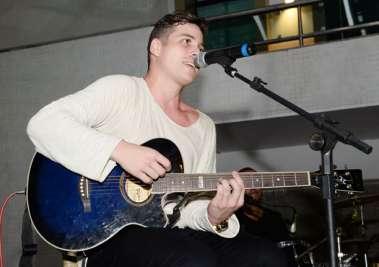 Léo Freitas se apresentou no Yacht Clube da Bahia e encantou a todos com a sua linda voz.