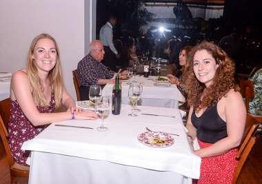 As canadenses Scilla e Karmen jantando no Amado de Salvador Bahia em fotos de Valterio Pacheco