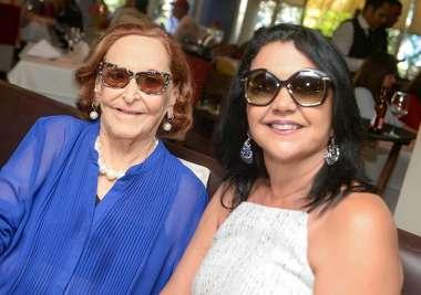 July Isensée a de azul, com Ozana Barreto da boticário em fotos de Valterio
