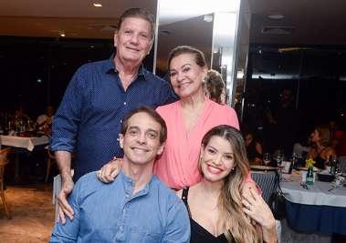 Norma e Alberto Correia com a filha Carol e o esposo o juiz federal Fábio Ramiro em fotos de Valterio