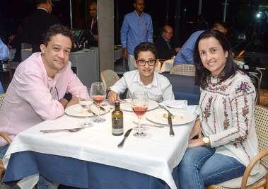 Adriana e Lício Duarte com o filho Guilherme em fotos de Valterio