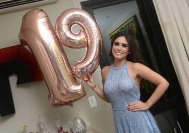 Paula Lemos em sua festa de 19 anos em fotos de valterio