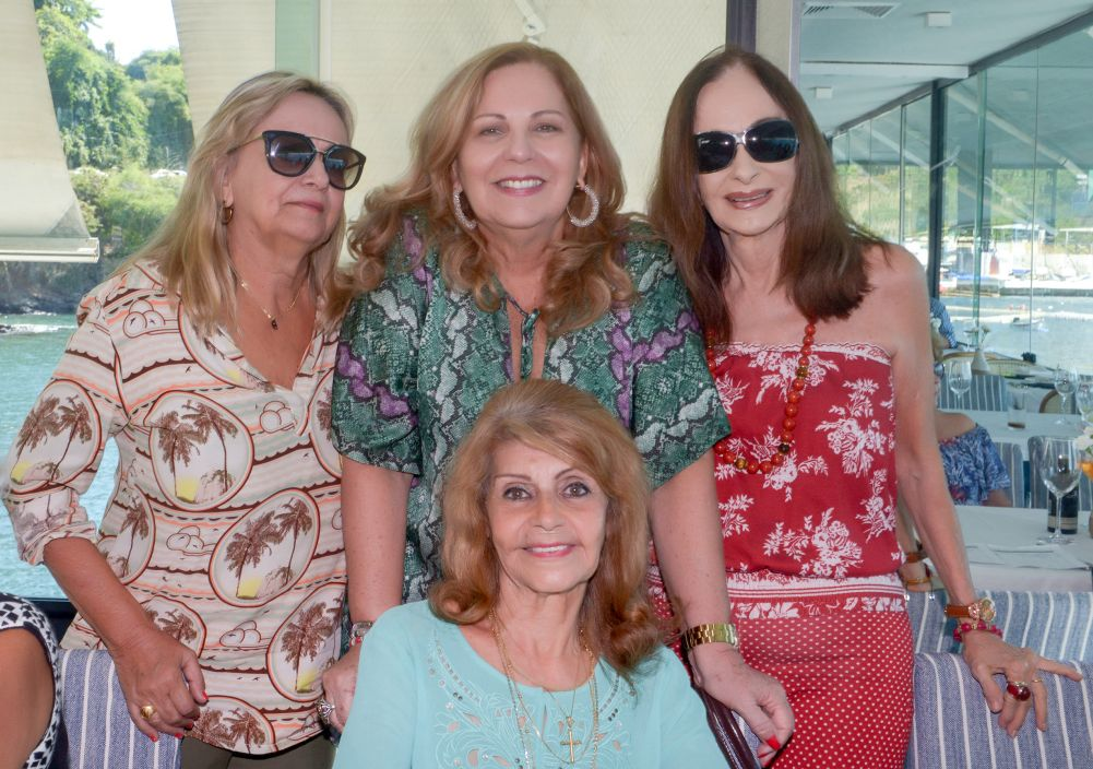 Maria da Gloria Santos comemorou seu o aniversário ontem(19), jantando com amigas no Veleiro do Yacht da Bahia.Ver mais...