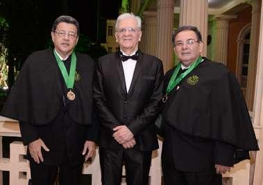 Irismar Reis de Oliveira entre dois acadêmicos Jorge Pereira e José Válber de Menezes