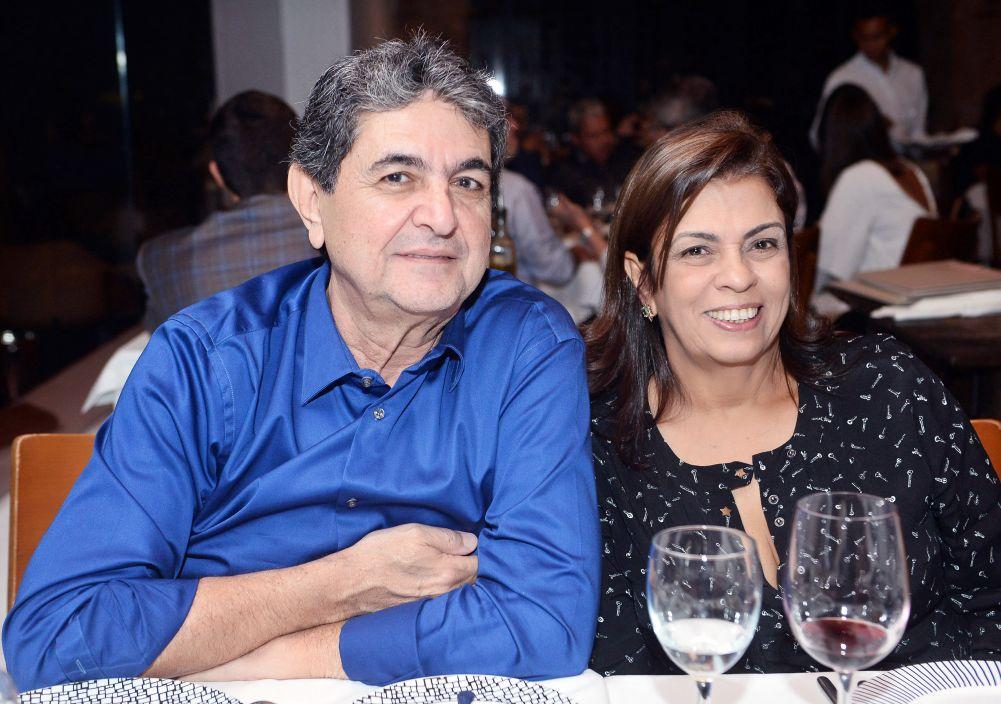 Paulo Darzé o galerista, levou a esposa,filhas,genro e amigos para jantar no Amado.Click pra ver as fotos