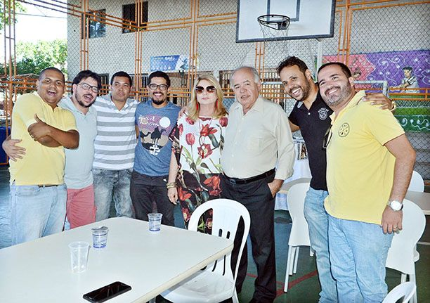 Colégio Apoio realizou sua festa de confraternização. Na foto, o dono, prof. José Nilton Carvalho, entre professores e funcionários