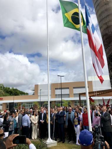 Hasteando a Bandeira da Bahia e do Brasil