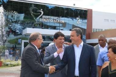 Fabio Vilas-Boas secretário de saúde da Bahia cumprimentando o governador Rui Costa na inauguração do Instituto Couto Maia