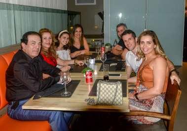 Mirian e Clerisvaldo com os filhos e noras jantando no Dass em fotos de Valterio