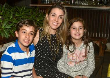 Simone Silva entre os filhos Gabriel e Sarah Chaves jantando no Lafayette em fotos de Valterio