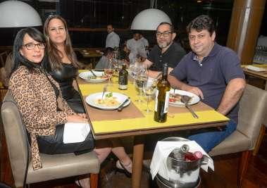 Bartô do Soho jantando com amigos no Lafayette em fotos de Valterio