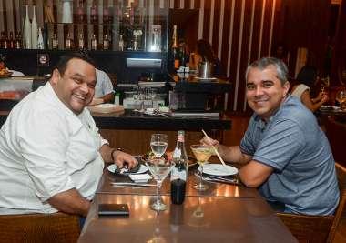 Luiz Ganen jantando com amigo no Soho em fotos de Valterio