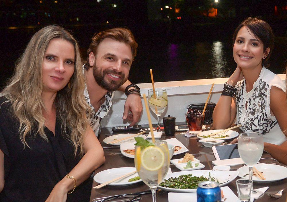 Veja o ator Cássio Reis e a atriz Juliana Knust jantando com celebridades de Salvador no dia 28 de setembro no Soho, Amado, Dass e Lafayett. Click