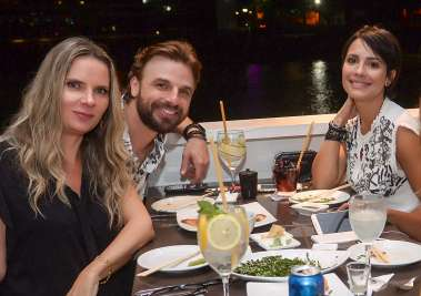 Mica Araújo, o ator Cássio Reis e a atriz Juliana knust em fotos de Valterio jantando no Soho de Salvador