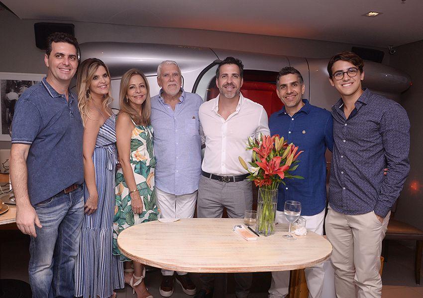 Wilson Santos lançou seu livo DASS UMA HISTÓRIA DE AMOR, ontem dia 13 de dezembro no restaurante Dass. Ver mais...