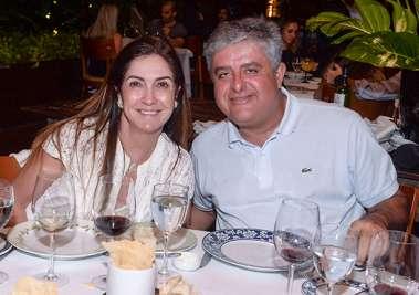 Virginia Dourado e Marcelo Carvalho o aniversariante jantando no Amado em fotos de Valteiro