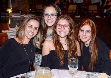 Tatiana, Jante, Luiza e Laura Maltez jantando no Amado em fotos de Valterio
