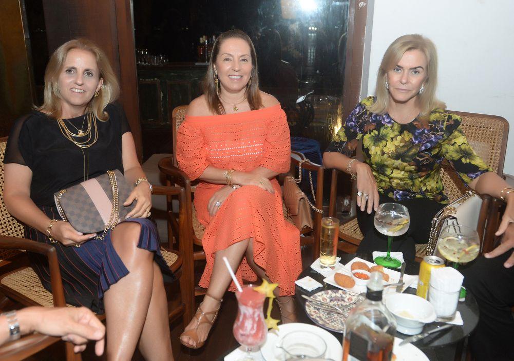 Veja celebridades que jantaram no dia 08 de fevereiro nos Restaurantes Amado, Soho e Lafayette.