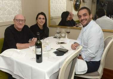 Valéria e Frank Gomes jantando no Chez Bernard com o filho Frank em fotos de Valterio