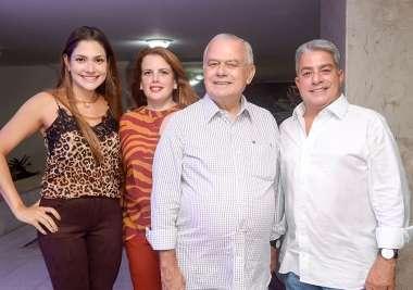 Carlos Henrique Freitas entre seus filhos em fotos de Valterio Pacheco