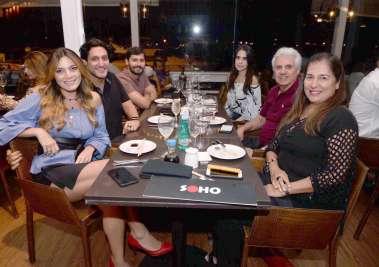 Elide e Ricardo Gaban jantando no Soho com a família