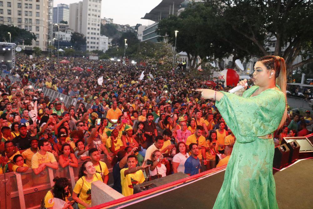 Preta Gil  comandou o espetáculo num palco de oito metros  de altura na Arena Nº1, point dos cariocas