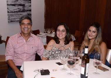 Antonio Morgan com a esposa e filha, Mariana e Vanessa Morgan em fotos de Valterio Pacheco