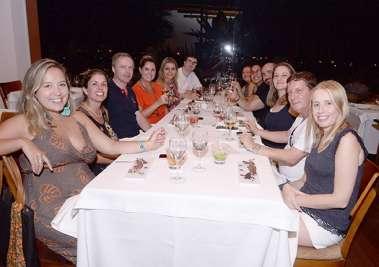 Jaques Metádier diretor do Club Med do Rio de Janeiro,de camisa preta e gola verelha, com um grupo very beutiful, em fotos de Valterio Pacheco