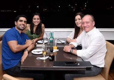 Jussara e Heitor Dourado, com a aniversariante Beatriz e Charles Matos no Soho em fotos de Valterio Pacheco
