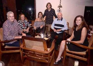 Solange e Luiz Viana Netos com a família janando no Amado em fotos de Valterio