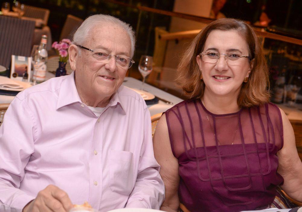 Eduardo Valente e Conceição Valente jantando no Restaurante Veleiro do Yacht Clube da Bahia