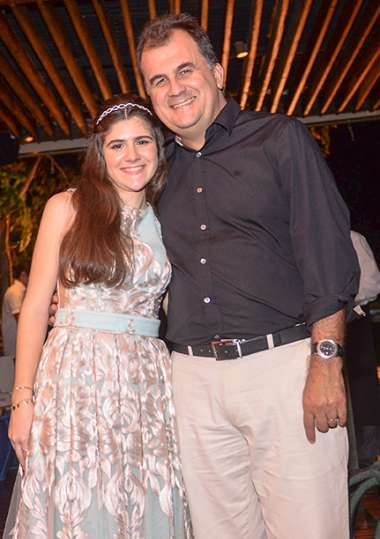 Maria Fernanda Mota Leiro em sua festa de 15 anos no Amado, com seu tio e padrinho Fábio Mota em fotos de Valterio