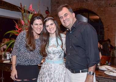 Fernanda Mota Leiro entre sua mãe Virna Mota Leiro e seu tio e padrinho Fábio Mota em fotos de Valterio