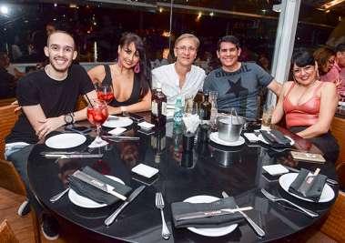 Cal Barral jantou com Jamile e amigos no Soho em fotos de Valterio Pacheco