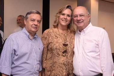 Kátia Alves entre José Ronaldo e Luiz Carrera da Casa Civil Municipal